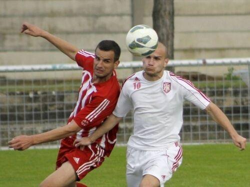 Fotbalisté Velkých Pavlovic (v červeném) v duelu proti Lanžhotu (v bílém). Ilustrační foto. Autor: DENÍK/Martin Daneš